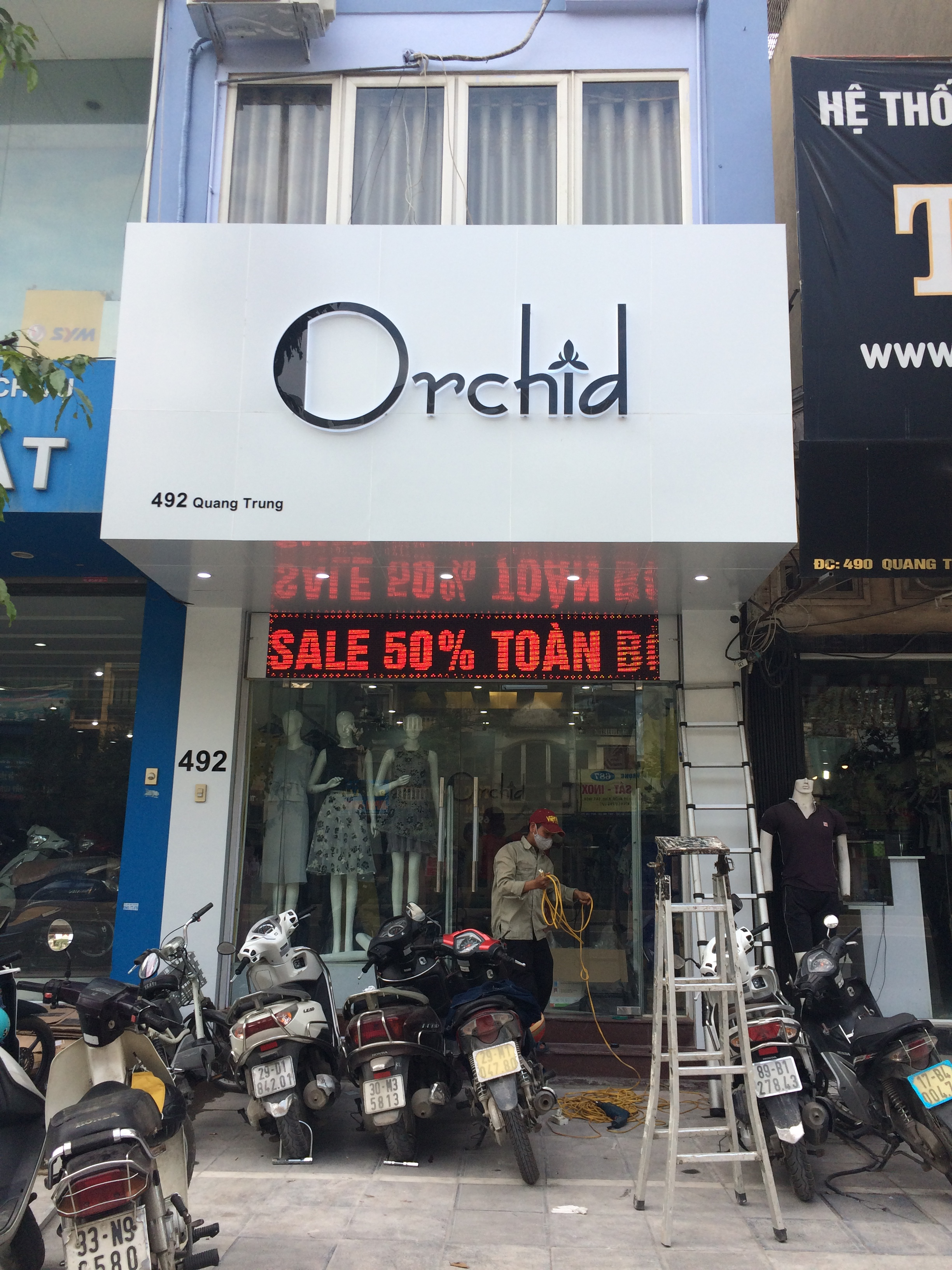 Biền quần áo thời trang Orchid
